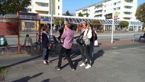 Das Filmteam und Philipp sprechen mit einer Passantin