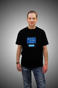 Boris mit Facebook Shirt