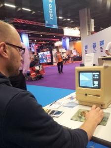 Der Chef spielt Arkanoid auf einem alten Mac.