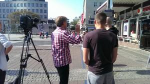 Das Filmteam steht in der Holstenstraße