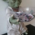 Yoda bietet Süssigkeiten an