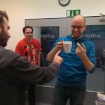 Drei Männer und eine Tasse Trockeneis